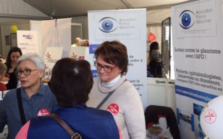 Village santé - les bénévoles de l'AFG avec une visiteuse